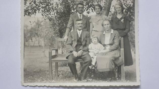 15. července 1934. Dole manželé Franz a Christine Wiesenthalovi s dvouletou dcerou Marií, nahoře jejich syn Franz (zemřel jako voják roku 1943) a dcery Christine a Elisabeth.