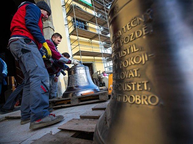 Do zvonice neratovského kostela se vrátily zvony.