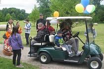 Klaun se svým veselým představením, projížďka v golfových vozících řízených pohádkovými postavami či veselý oběd