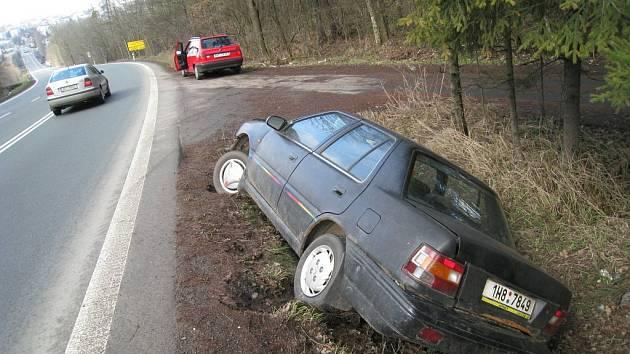 """Řidič osobního vozu """"zaparkoval"""" v příkopě u silnice první třídy I/14 v pod rychnovským Budínem (Rychnovsko)."""