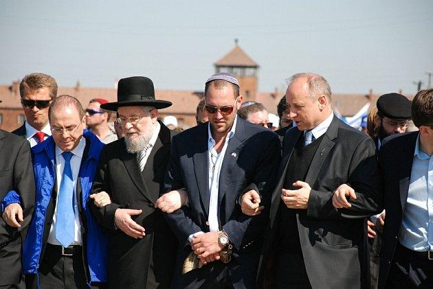 Okolo sedmi tisíc mladých Židů z 55 zemí světa zavítalo v úterý 21. dubna do bývalého největšího koncentračního tábora Osvětim v Polsku, aby uctilo památku obětí holocaustu. Pochod mladých Židů se konal již po osmnácté.