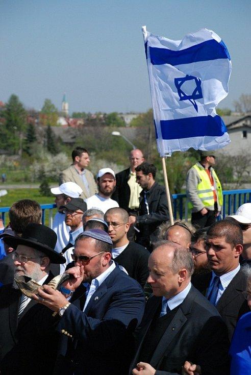 Okolo sedmi tisíc mladých Židů z 55 zemí světa zavítalo v úterý 21. dubna do bývalého největšího koncentračního tábora Osvě〜tim v Polsku, aby uctilo památku obětí holocaustu. Pochod mladých Židů se konal již po osmnácté.