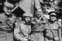 JE PO VÁLCE! Opočenský učitel (druhý zprava) s prvním sovětským vojákem (třetí zprava), který dorazil do Opočna. Společně s nimi fotografovi pózují britský válečný zajatec a protektorátní četník.