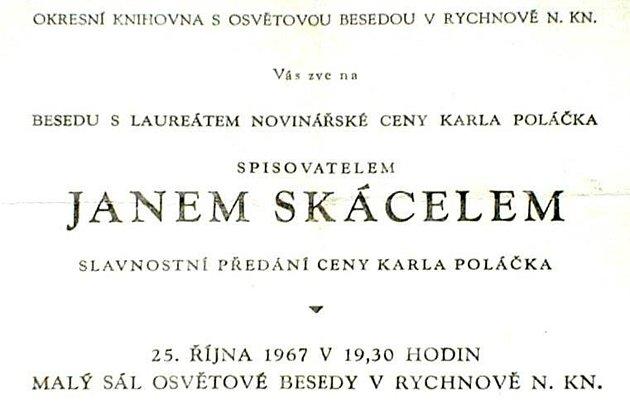 Pamětníci vzpomínají na básníka Jana Skácela, který vRychnově převzal ocenění.