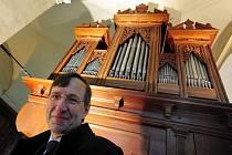 VARHANÍK JAROSLAV TŮMA před královským hudebním nástrojem, kterému zasvětil svůj život.