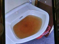 """V pokojích měly děti umyvadlo, ze kterého tekla rezavá voda. """"Majitelka hotelu nám vysvětlila, že voda je nezávadná a že ji stačí nechat odtéct. O nezávadnosti této vody stále pochybujeme,"""" říkají vedoucí."""