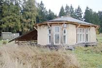 Alternativní stavbička ze dřeva a hlíny nedaleko Javornice.
