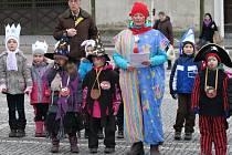 Masopustní průvod v Opočně se vydal z mateřské školy na Kupkovo náměstí.