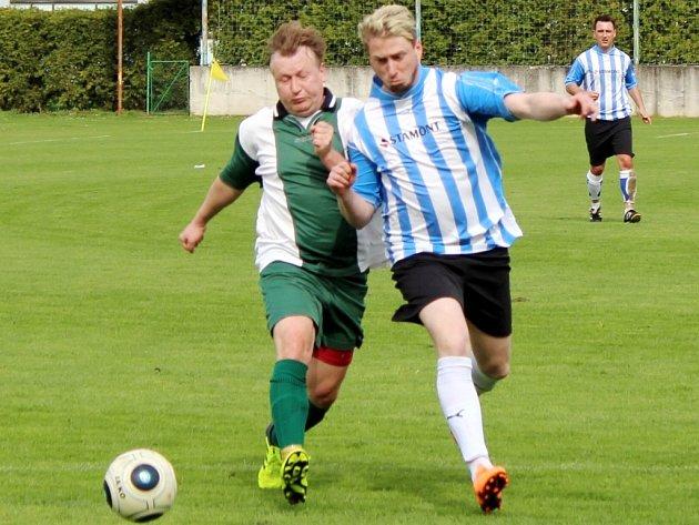 Dobrušský Zdeněk Havelský (vlevo) bojuje o míč s Ondřejem Hlaváčem z B-týmu Vamberka.