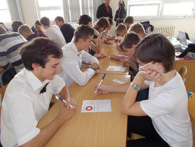V rychnovském gymnáziu se 5. listopadu sešlo šestnáct týmů, které se popraly o čtyři postupová místa v turnaji pIšQworky.
