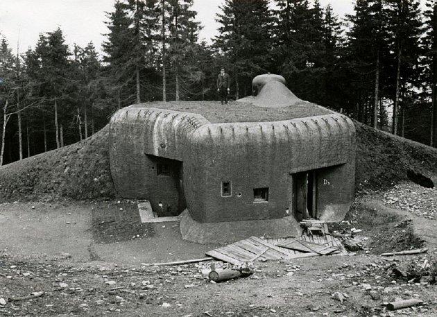 Pěchotní srub R-S90 pod Komářím vrchem vOrlických horách. Jeho hlavní výzbroj tvořil jeden dvojkulomet. Kruhovou obranu srubu zajišťoval čtyřstřílnový pěchotní zvon pro lehký kulomet vz. 26a tři pomocné střílny pod betonem vyzbrojené stejnou zbraní