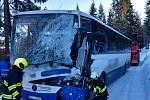 Dopravní nehoda autobusu a vozidla zimní údržby u Bartošovic v Orlických horách.