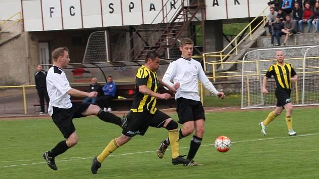 INTERNACIONÁL Marek Kulič z Kratonoh se snaží proniknout mezi Lukášem Brandejsem (vlevo) a Dominikem Trejtnarem, autorem vedoucího gólu Rychnova nad Kněžnou.