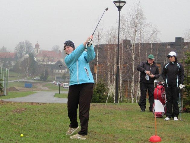 Druhý ročník extrémního golfového turnaje v Říčkách PUSTÝ 2012 předčil očekávání. A to doslova. Zúčastnilo se ho 44 hráčů všech věkových skupin a hráčské úrovně