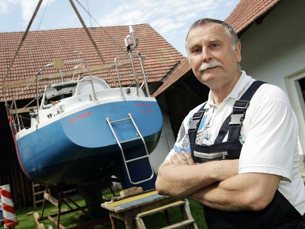 Petr Ondráček se svou lodí, kterou si stavěl sám na chalupě v Mokrém.