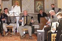NĚKOLIK MUZIKANTŮ S HARMONIKAMI přijelo do homolského kostela, aby zahráli při bohoslužbě.