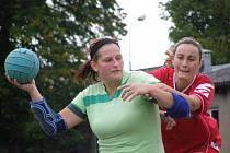 OPORA. Petra Laštovičková (na snímku s míčem) opět potvrdila, že je vyhlášenou střelkyní. V duelu s mistrovským Tymákovem se trefila dvanáctkrát, do sítě Blovic vstřelila ještě o gól víc.