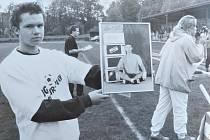 Pavel Stratílek dnes a v době, kdy hrával fotbal. V zápase okresního přeboru přišel o nohu. Na jeho podporu se hrál benefiční zápas mezi SK Hradec Králové a Ligovým výběrem. Nechyběla tombola a autogramiáda. Získ pomohl ke koupi bionické protézy.
