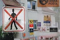K ZÁKAZŮM, KTERÝCH JE NA POŠTĚ v Olešnici u Rychnova nad Kněžnou dost, zřejmě přibude již brzy další. Občanům se to pochopitelně nelíbí.