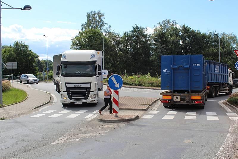 Z Častolovic. Problémy zde řidičům působilo v posledních měsících jednosměrné uzavření rekonstruovaného mostu u kruhového objezdu.