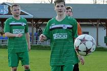 Sedm branek nastříleli fotbalisté Borohrádku (zelené dresy) do sítě rezervního týmu Kostelce nad Orlicí.
