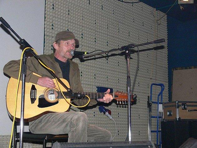 Básník, herec a písničkář Jiří Schmitzer zapěl své mírové songy v klubu Sépie v Týništi nad Orlicí.