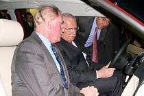 Prezident Václav Klaus společně s předsedou představenstva Škoda Auto a. s. Detlefem Wittigem vyzkoušel v Kvasinách nový vůz Roomster.