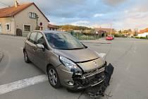 Na křižovatce v Kvasinách se srazila dvě auta.