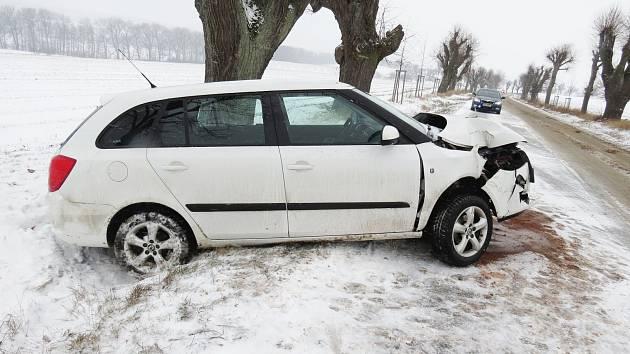 Řidička vozu značky Škoda Fabia v pravotočivé zatáčce zřejmě nepřizpůsobila rychlost jízdy stavu silnice a na sněhu a náledí dostala smyk.