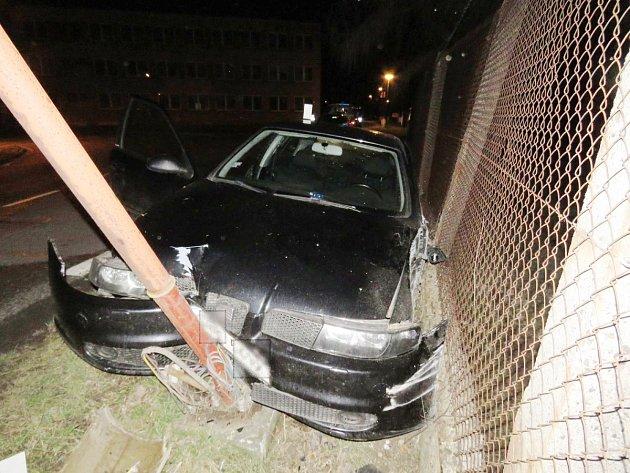 Mladík s autem vyjel vlevo mimo silnici, kde levou částí vozu narazil do plotu a předkem auta do sloupu veřejného osvětlení.