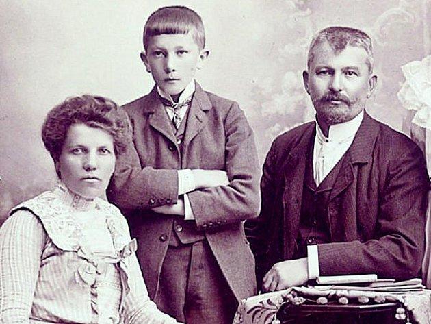 DĚDEČEK SLAVNÉHO SPISOVATELE BOHUMILA HRABALA Bohumil Ignác Blecha spolu se svou manželkou a synem Bohumilem, tedy skutečným biologickým otcem Bohumila Hrabala