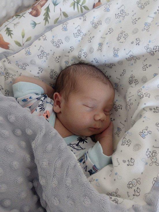 Lukáš Fejfar se narodil 2. dubna 2021 s váhou 3360 g a délkou 50 cm. Radují se z něho tatínek Lukáš, maminka Petra a také sestřičky Laurinka (9 let) a Amálka (2 roky). Rodina žije v Lázních Bělohrad.