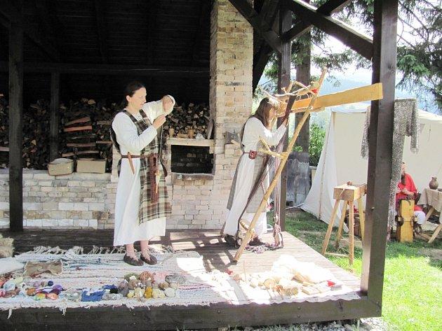 Blanka Hamplová předvedla  svou práci například na Slavnostech ohně a nití v Deštném v Orlických horách.
