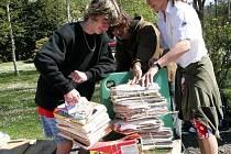 BALÍKY PAPÍRU sbírali v rámci akce Den Země žáci skuhrovské školy z celé obce. Přistavené kontejnery jimi zcela naplnili. Ty nejpilnější poté kantoři patřičně odmění.