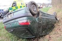 Mladý řidič dostal smyk a skončil s autem v příkopě na střeše.