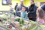 OBDIVNÝCH POHLEDŮ dětí i jejich tatínků si  během své výstavy užívali trpěliví modeláři.