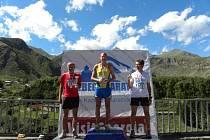 STUPNĚ VÍTĚZŮ. Stříbrný doudlebský maratonec Vlastimil Dvořáček (zcela vlevo) s dvojicí švédských reprezentantů – vítězným Andersem Svenssonem a třetím Olofem Torbrandem.