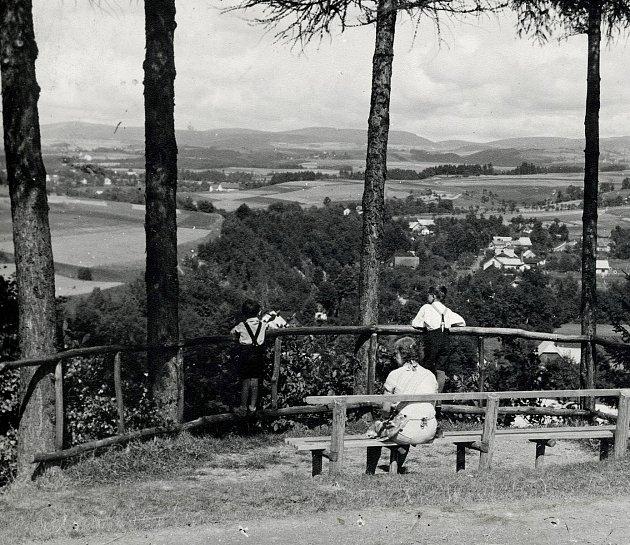 Pohled zvyhlídky od hotelu Panorama na Městskou Habrovou. Archivní fotografie pochází zroku 1940.