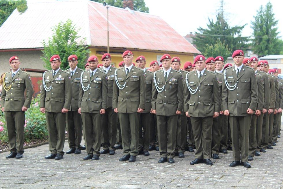 Pietního aktu byli přítomni vojáci.