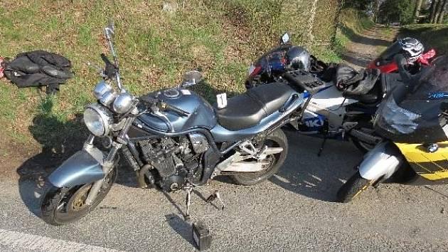 Motorkář narazil do dalšího.