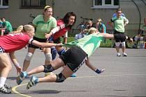 NEJLEPŠÍ střelkyní dobrušských házenkářek v prvním finálovém duelu byla se sedmi góly  Kateřina Valíčková, kterou se na snímku marně snaží zastavit jedna z hráček Tymákova.