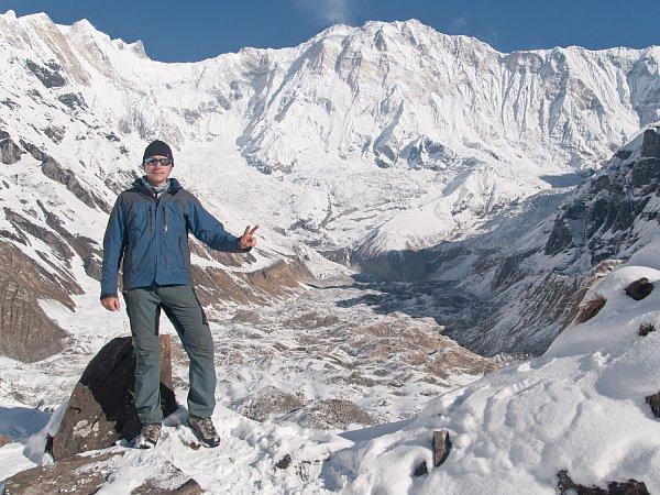 HIMALÁJE. Vzákladním táboře pod jižní stěnou Annapurny I (8091metrů n. m.) vNepálu. Na malém snímku je Ondřej Němeček zachycen sedící na saharském písku vMaroku.