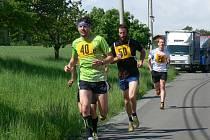 Čtvrtého ročníku Mělčanského krosu na deset kilometrů se zúčastnilo čtyřiapadesát závodníků.