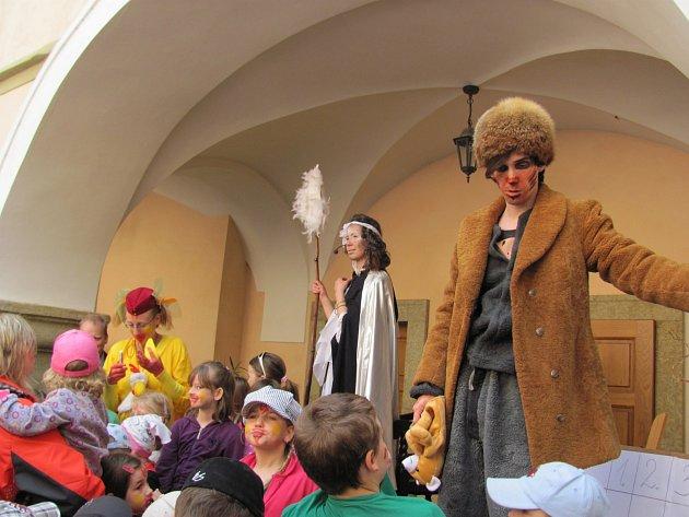 Děti provázely během her i pohádkové bytosti, nechyběla například ani paní zima.