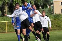 Zkušený týnišťský záložník Jan Plašil (uprostřed) bojuje ve výskoku s převahou domácích fotbalistů.
