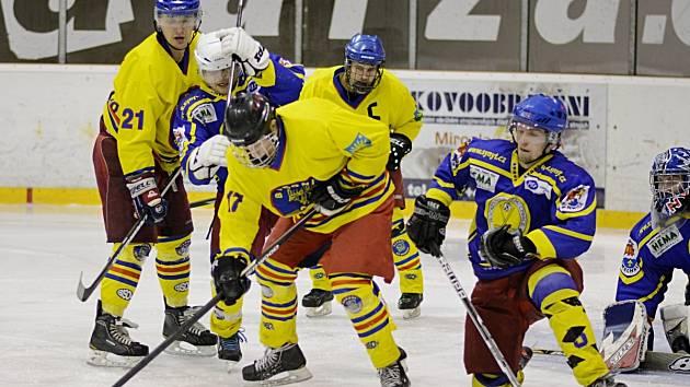 Hokejisté Opočna (světlé dresy) uspěli i ve druhém vzájemném souboji se semechnickým rivalem. První zápas Baroni vyhráli 3:2 a ve středu se radovali z vítězství 6:1.