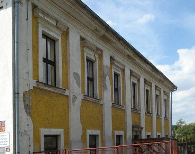 Takto vypadá škola v tuto chvíli. Příští rok přijdou na řadu okna, fasády se budova dočká až naposledy.