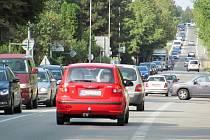 Obvyklá situace v rychnovské Jiráskově ulici v době, kdy končí směna v kvasinské automobilce.