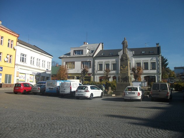 NAVZDORY ZÁKAZU STÁNÍ je prostranství okolo památníku mistra Jana Husa denně obestavěné auty. Řidiči zde brzy bez parkovacího kotouče (na snímku dole) beztrestně nezaparkují.