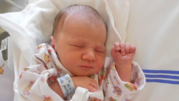 Adéla Valášková se narodila 27. března 2019 ve 23.59 hodin s váhou 2 970 g a délkou 50 cm. Z holčičky mají radost rodiče Martina Rázková a Jaroslav Valášek a sestra Anna z Rychnova nad Kněžnou. Tatínek to u porodu dle slov maminky zvládl perfektně.